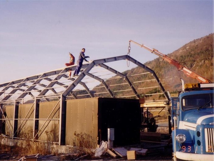 Det første lageret til GS Bildeler på Bud blir bygget med to menn på taket i 1994.