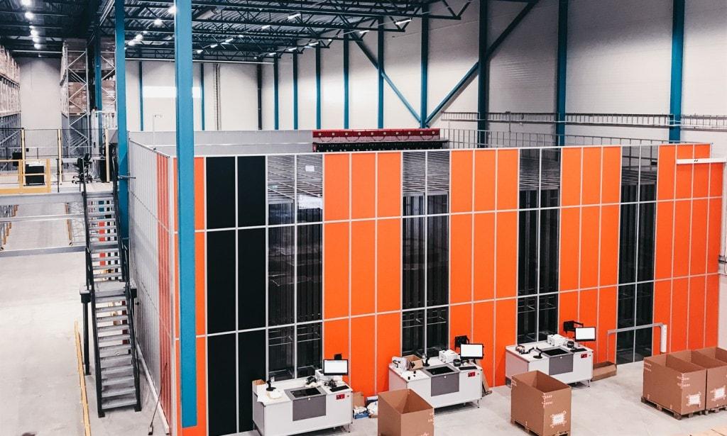 Lageret til Elektroimportøren med det lett gjenkjennelige AutoStore-systemet i oransje farger som tar opp mye av plassen.