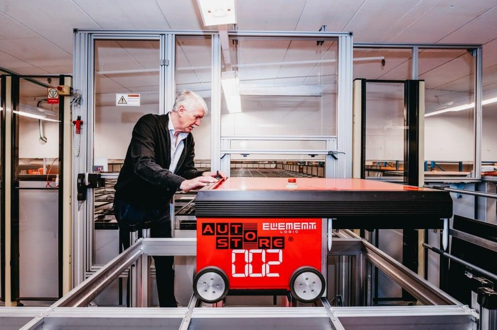 Jan Kleven jobber på en av de røde AutoStore-robotene.