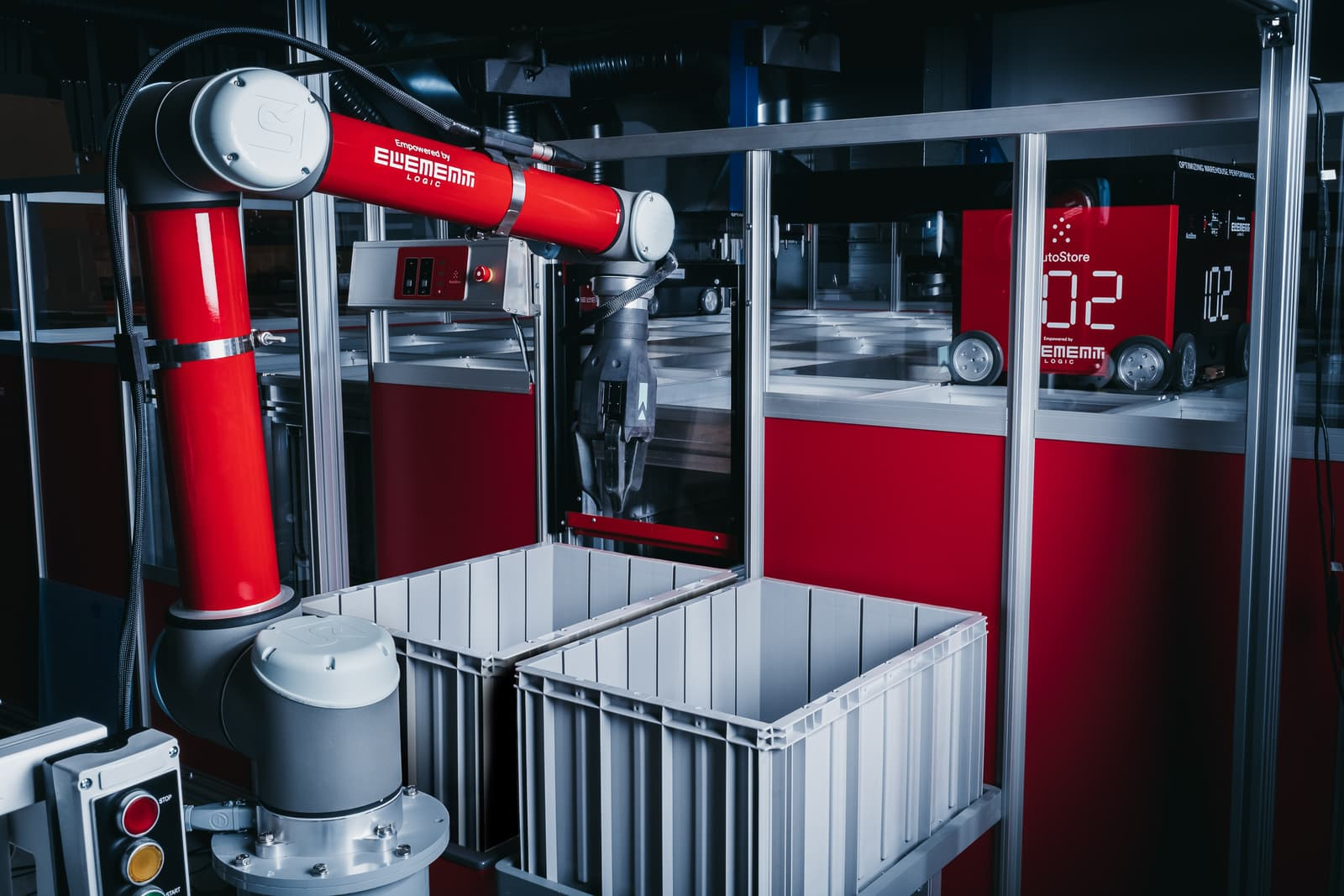 Robotarm plukker i bokser