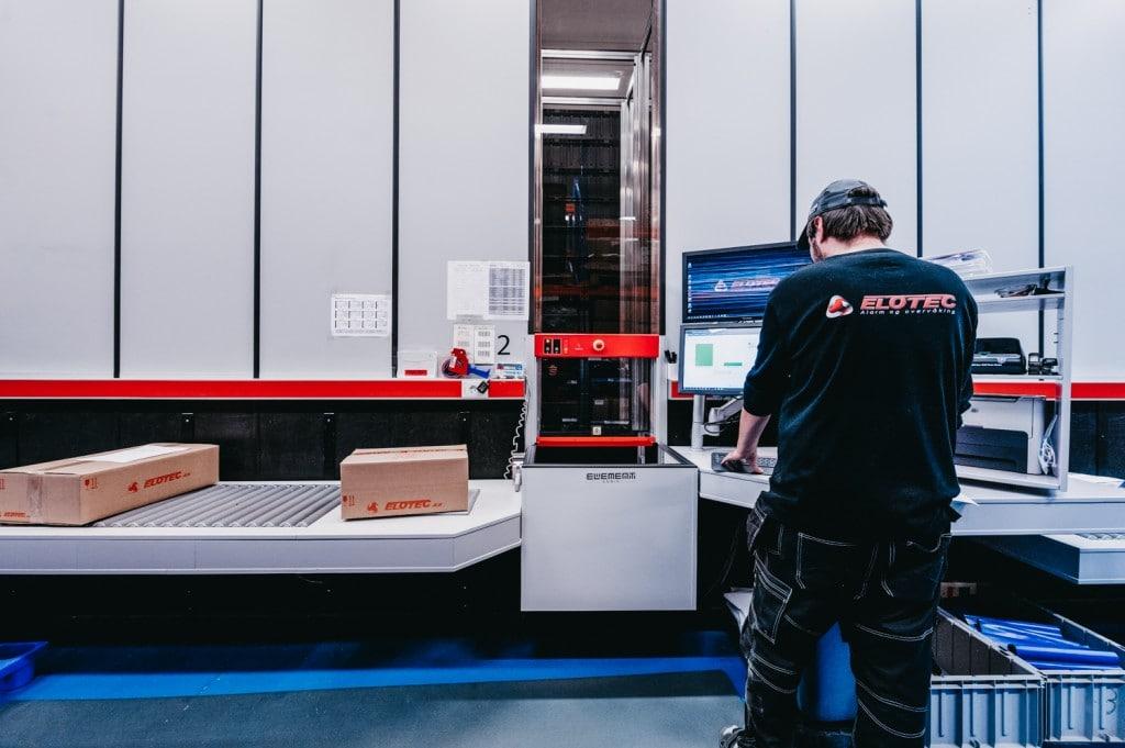 En ansatt jobber med ordrene fra AutoStore.