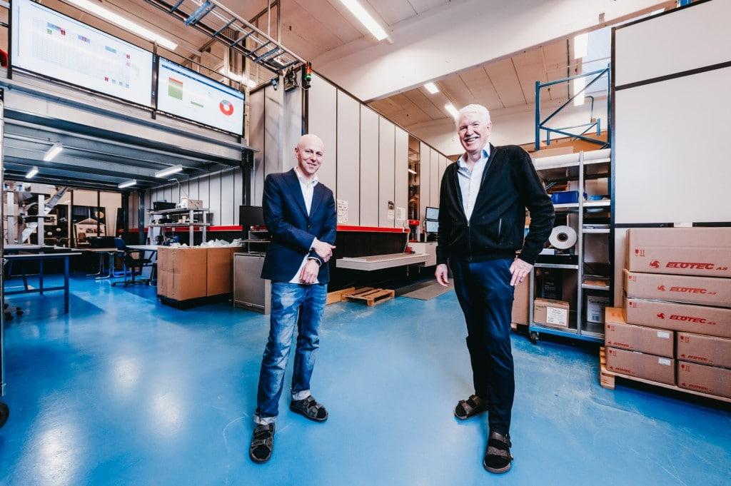 Roger Furnes og Jan Kleven står i Elotec lageret.