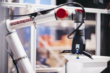 Robotarmen ved en AutoStore karusellport.