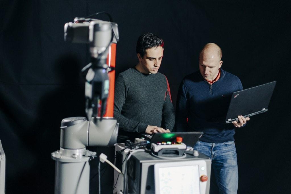 To ansatte i Element Logic tester ny teknologi i et mørkt rom.